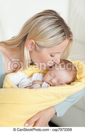 Afectuosa madre besando la frente de su bebé - csp7973359