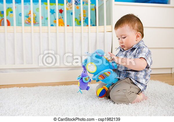 Bebé jugando en casa - csp1982139