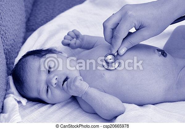 Pulso cardíaco recién nacido - csp20665978