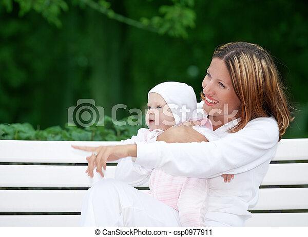 bebê, feliz, mãe, banco - csp0977911