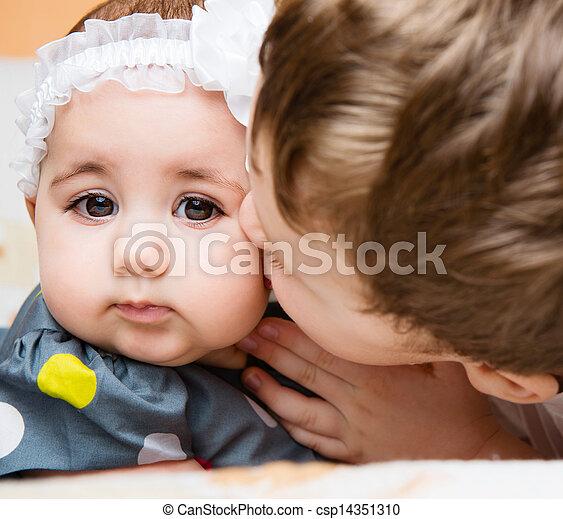 bebê, irmã, irmão, beijando, seu, velho - csp14351310