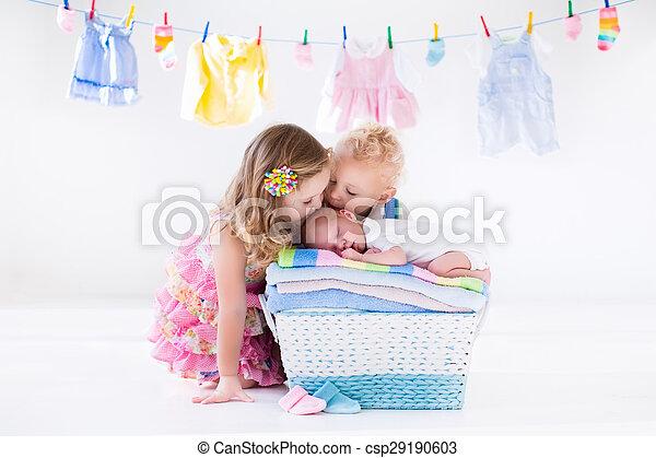 bebê recém-nascido, irmã, irmão, beijando - csp29190603