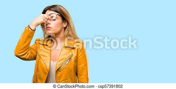 Con expresión somnolienta, con exceso de trabajo y cansancio, se frota la nariz por cansancio - csp57391802
