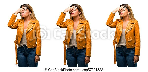 Con expresión somnolienta, con exceso de trabajo y cansancio, se frota la nariz por cansancio - csp57391833