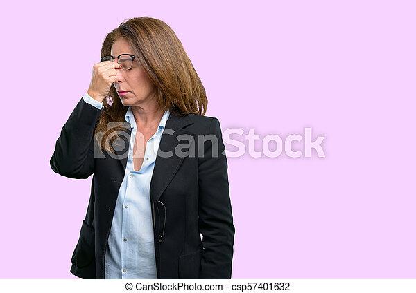 Con expresión somnolienta, con exceso de trabajo y cansancio, se frota la nariz por cansancio - csp57401632
