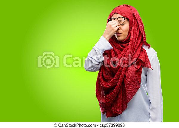 Con expresión somnolienta, con exceso de trabajo y cansancio, se frota la nariz por cansancio - csp57399093