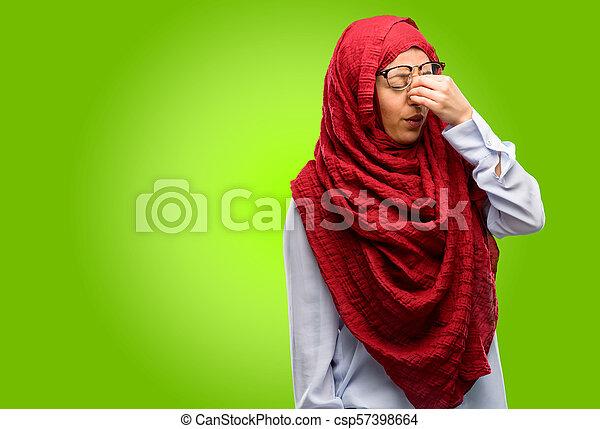 Con expresión somnolienta, con exceso de trabajo y cansancio, se frota la nariz por cansancio - csp57398664