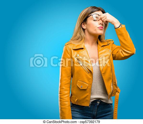 Con expresión somnolienta, con exceso de trabajo y cansancio, se frota la nariz por cansancio - csp57392179
