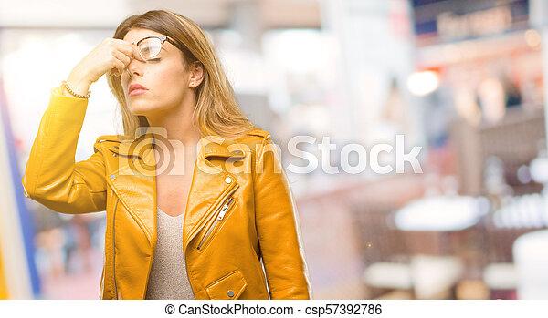 Con expresión somnolienta, con exceso de trabajo y cansancio, se frota la nariz por cansancio - csp57392786