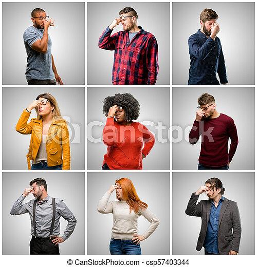 Grupo de personas mezcladas, mujeres y hombres con expresión somnolienta, con exceso de trabajo y cansado, nariz de rubos por cansancio - csp57403344
