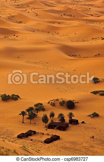 Luftaufnahme der Sahara und des Beduin-Camps, Marokko - csp6983727