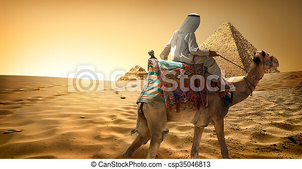 Beduino en camello en el desierto - csp35046813