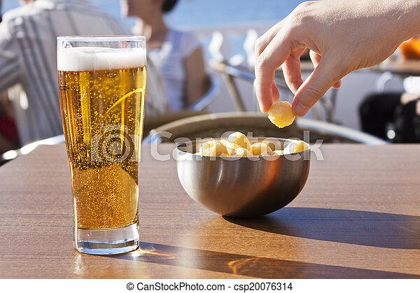 Comer Bocadillos Con Cerveza Una Mano Recogiendo Aperitivos