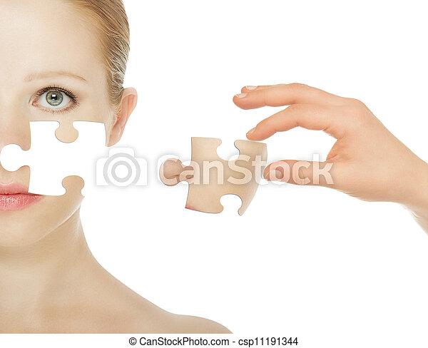 Das Konzept der Hautpflege mit Rätseln. Die Haut einer schönen jungen Frau vor und nach dem Eingriff, isoliert auf einem weißen Hintergrund - csp11191344