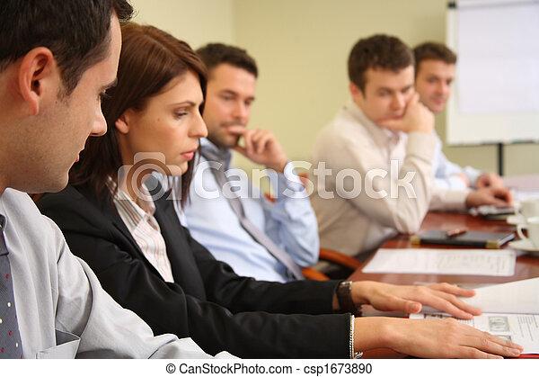 Fünf Geschäftsleute denken nach - csp1673890