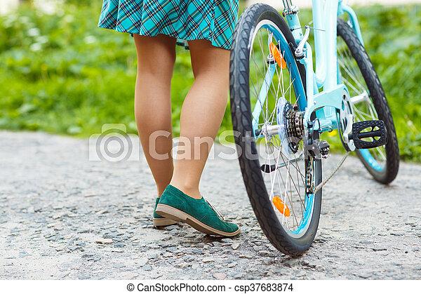 Dem auf fahrrad minirock im Warum fahren