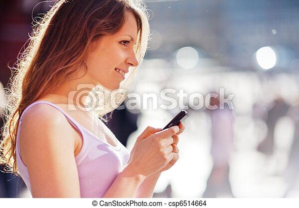 bella donna, city., mobile, copyspace., giovane, telefono cellulare, closeup - csp6514664