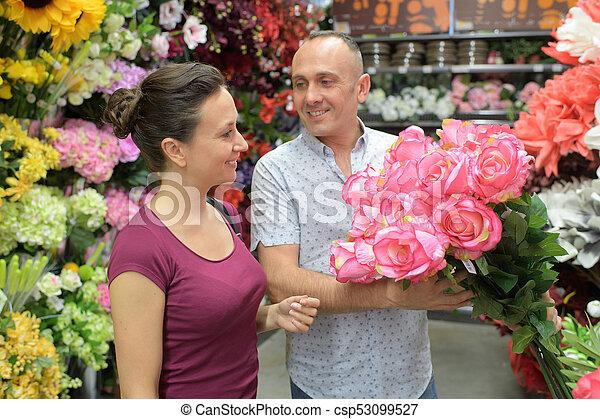 bella donna, offerta, mazzolino, fiore, uomo - csp53099527