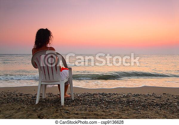 bella donna, sedia, osservare, fuoco poco profondo, giovane, profondità, bianco, seduta, plastica, spiaggia, tramonto - csp9136628