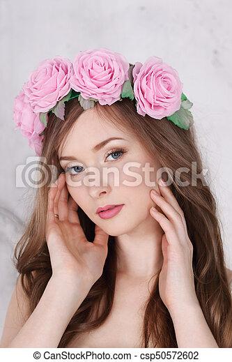 Belle Femme Couronne Longs Cheveux Roses Studio Blanc Poses