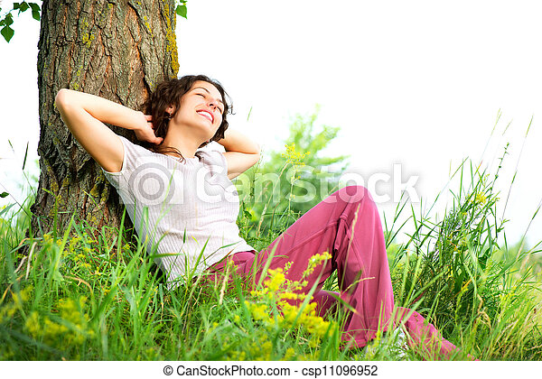 belle femme, délassant, nature, jeune, outdoors. - csp11096952