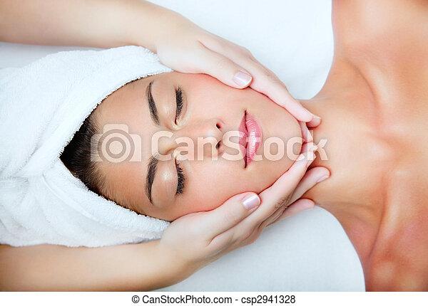 belle femme, jeune, massage., facial, réception - csp2941328