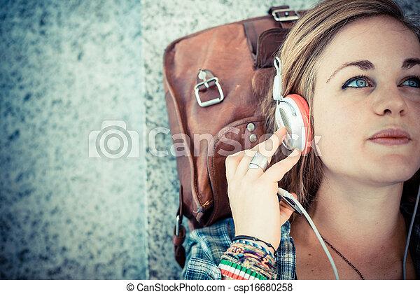 belle femme, jeune, musique écouter, hipster, blond - csp16680258