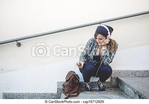 belle femme, jeune, musique écouter, hipster, blond - csp16712929