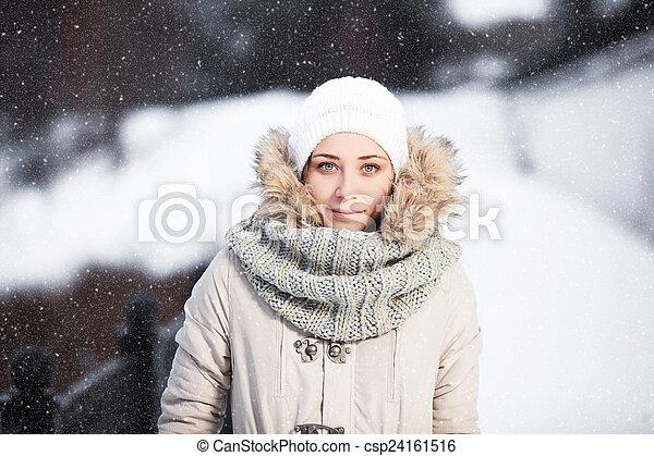 belle femme, joli, ensoleillé, jeune, extérieur, w, portrait, froid - csp24161516