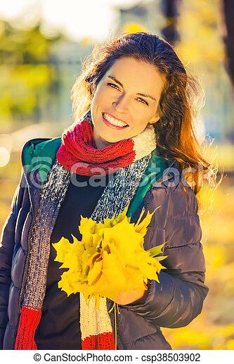 belle femme, parc, jeune, automne, portrait - csp38503902
