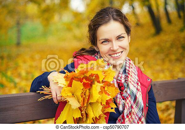 belle femme, parc, jeune, automne, portrait - csp50790707