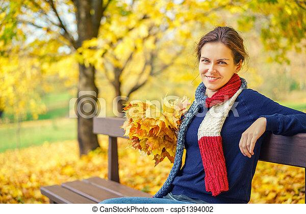 belle femme, parc, jeune, automne, portrait - csp51394002