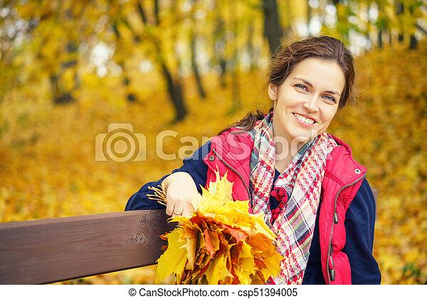 belle femme, parc, jeune, automne, portrait - csp51394005