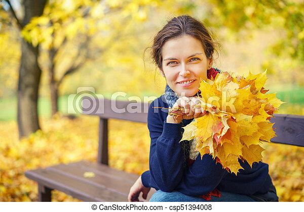 belle femme, parc, jeune, automne, portrait - csp51394008