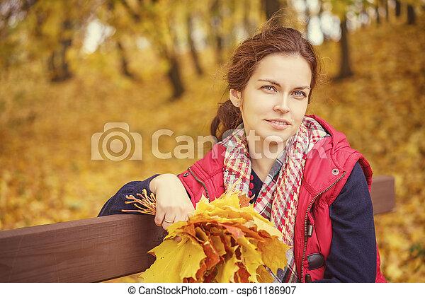 belle femme, parc, jeune, automne, portrait - csp61186907
