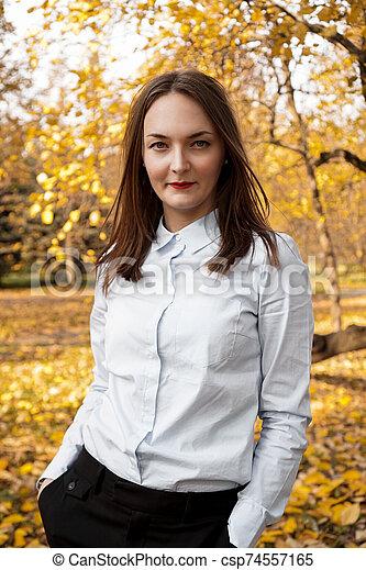 belle femme, parc, jeune, automne, portrait - csp74557165