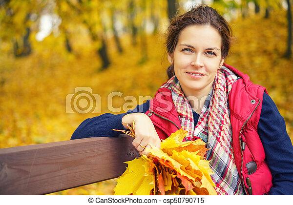 belle femme, parc, jeune, automne, portrait - csp50790715