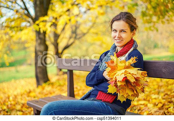 belle femme, parc, jeune, automne, portrait - csp51394011