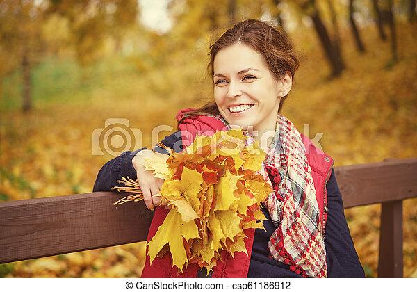 belle femme, parc, jeune, automne, portrait - csp61186912