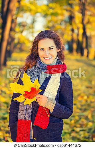 belle femme, parc, jeune, automne, portrait - csp61444672