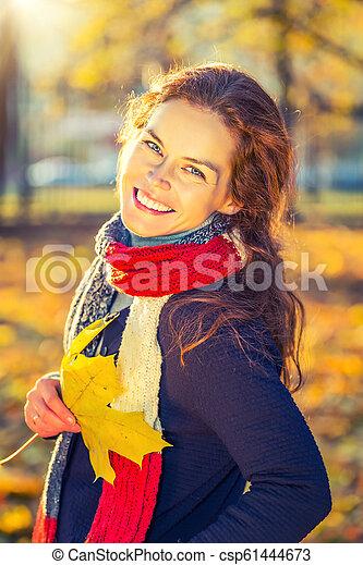 belle femme, parc, jeune, automne, portrait - csp61444673
