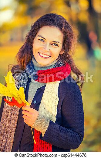 belle femme, parc, jeune, automne, portrait - csp61444678