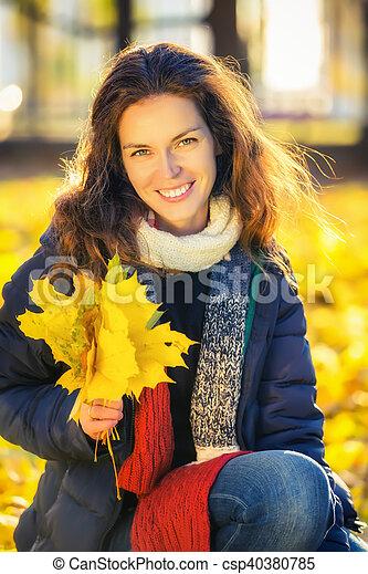 belle femme, parc, jeune, automne, portrait - csp40380785