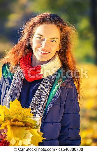 belle femme, parc, jeune, automne, portrait - csp40380788