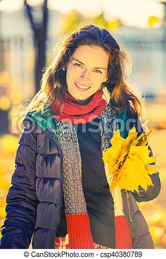belle femme, parc, jeune, automne, portrait - csp40380789