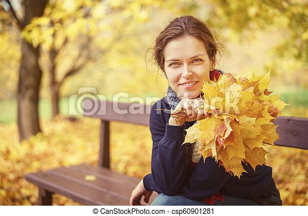 belle femme, parc, jeune, automne, portrait - csp60901281