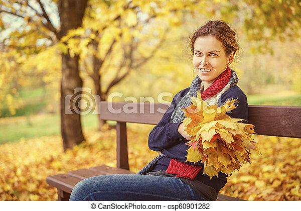 belle femme, parc, jeune, automne, portrait - csp60901282