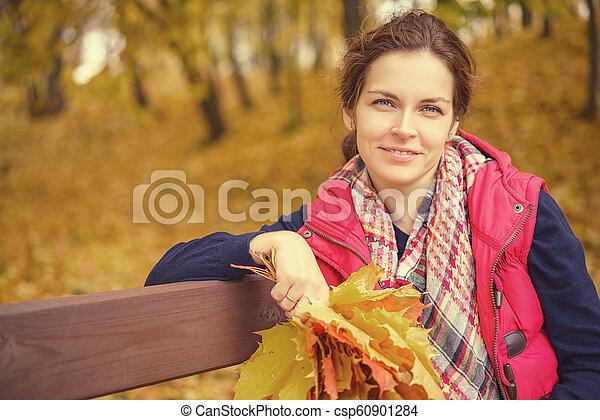 belle femme, parc, jeune, automne, portrait - csp60901284