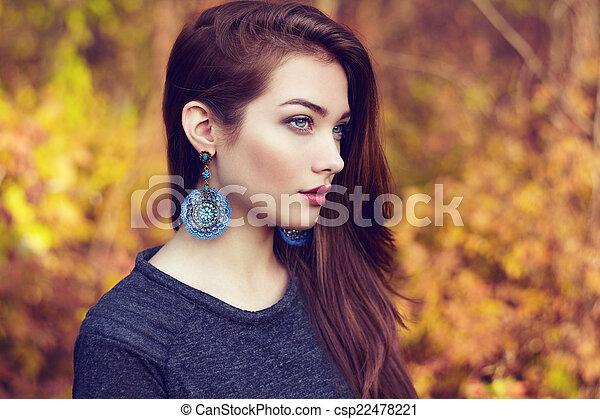 belle femme, parc, jeune, automne, portrait - csp22478221