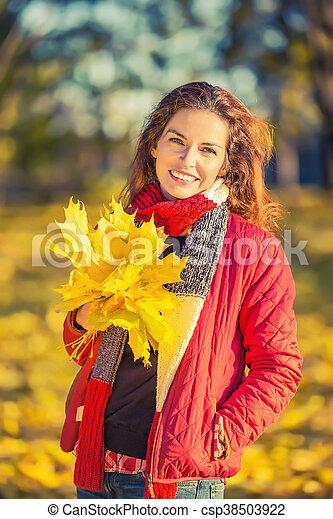 belle femme, parc, jeune, automne, portrait - csp38503922